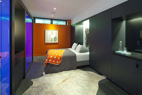 Pool House: modern Bedroom by +tongtong