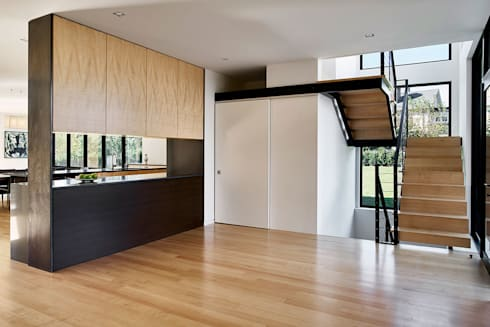Rosedale Residence:  Corridor & hallway by KUBE Architecture