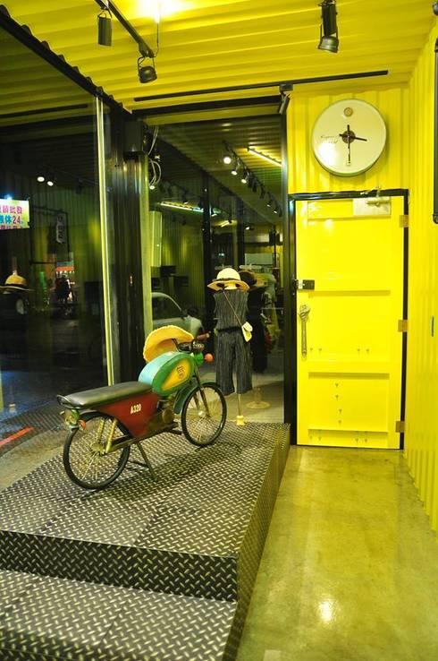 鹿港仿貨櫃屋室內設計:  辦公室&店面 by 貨櫃屋設計狂人