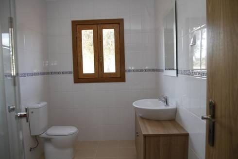 Casas Gémeas: Casas de banho campestres por ECOSITANA - Casas de Madeira Portugal
