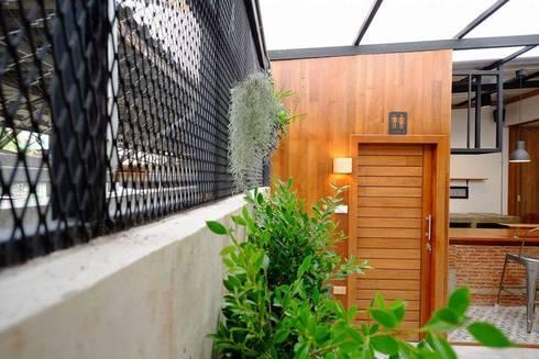 Renovate เพื่อเพิ่มมุมพักผ่อนให้กับอาคารพาณิชย์เก่า (LK Capital Office):   by Do Fur Design & Furnish
