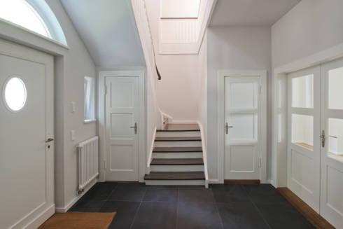 entrance:  Corridor & hallway by brandt+simon architekten