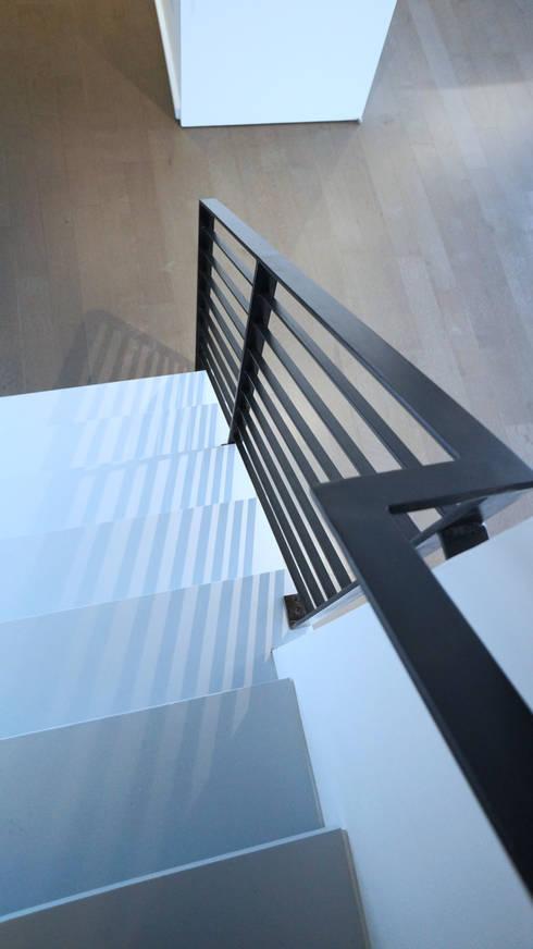 Duplex Apartment Gut Renovation :  Corridor & hallway by Atelier036