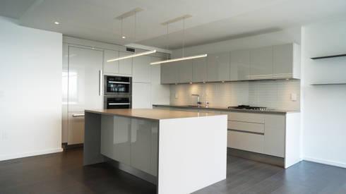 Duplex Apartment Gut Renovation : modern Kitchen by Atelier036