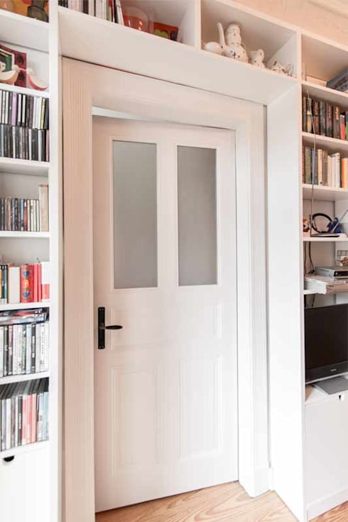 Türüberbau für optimale Nutzung des Raumes:  Flur, Diele & Treppenhaus von Pickawood GmbH