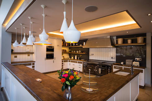 Upmarket home in Johannesburg: eclectic Kitchen by Kim H Interior Design