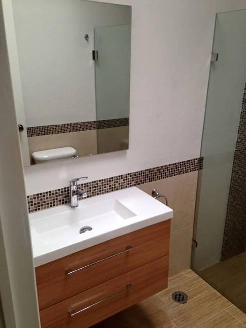 Lavamanos y espejo flotado:  de estilo  por L&G Arquitectos