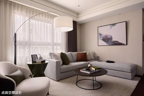 嚴公館:  客廳 by 成綺空間設計