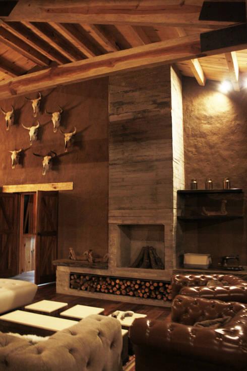 CABAÑA EN TAPALPA: Salas de estilo rústico por MORADA CUATRO