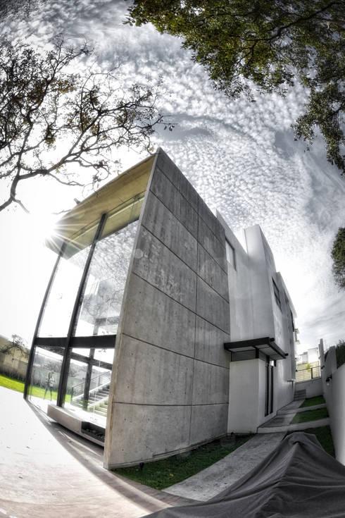 muro concreto aparente: Casas de estilo minimalista por ArqCubo