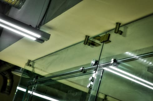 Rieles acero inox: Puertas y ventanas de estilo moderno por ArqCubo