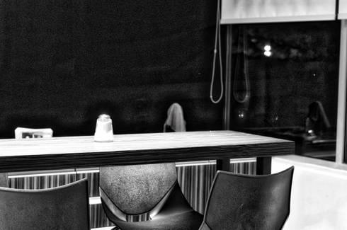 mesa cafe: Cocina de estilo  por ArqCubo