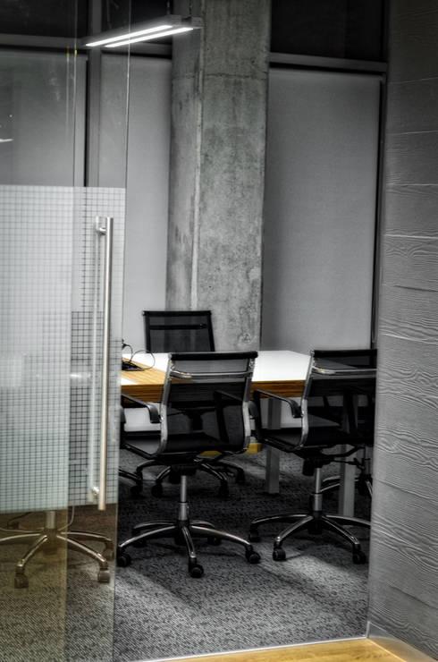 Sala Juntas -02: Estudios y oficinas de estilo moderno por ArqCubo