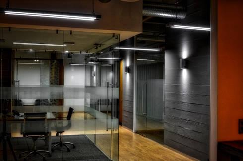 Pasillo Oficinas: Pasillos y recibidores de estilo  por ArqCubo