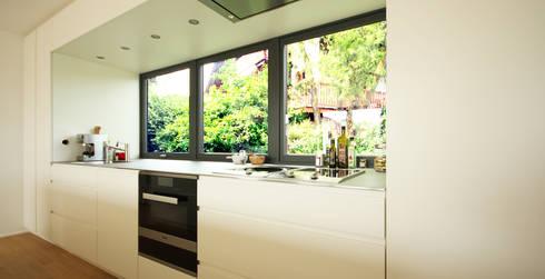 Küche mit edelstahl arbeitsplatte  Weiße Küche mit Edelstahlarbeitsplatte von Beer GmbH | homify