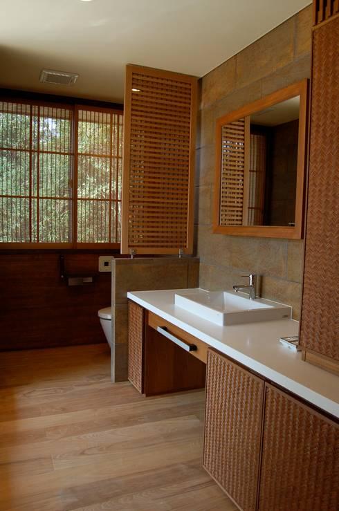Bathroom by 環アソシエイツ・高岸設計室