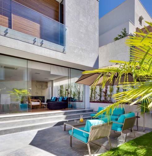 Jardines de estilo moderno por Arqbox