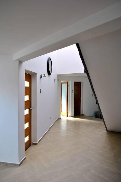 Casa Lomas: Casas de estilo minimalista por AtelierStudio