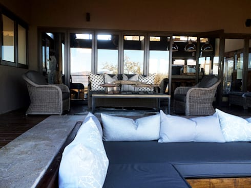 Verandah:  Balconies, verandas & terraces  by Katie Allen Decor & Design/Urban Yuppi