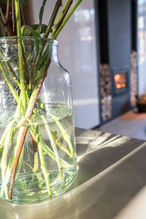Detail bloemen:  Keuken door Masters of Interior Design