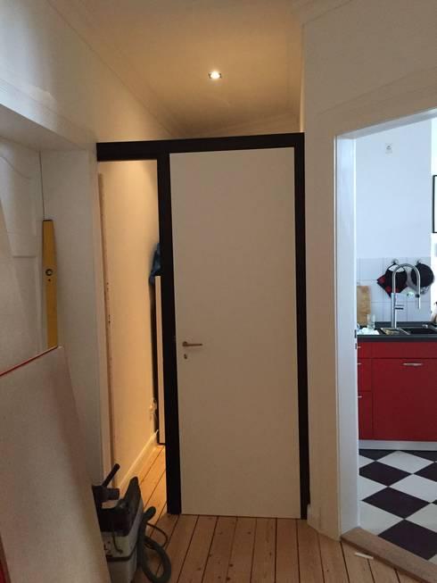 Die Tür hält...: moderne Fenster & Tür von ARTfischer Die Möbelmanufaktur.