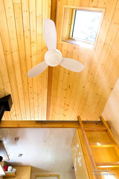 Sol Haus Design - Vina's Tiny House - Interior 9:  Wohnzimmer von Chibi Moku