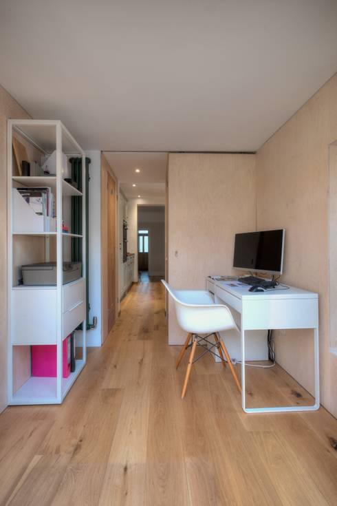 minimalistische Studeerkamer/kantoor door ADG Bespoke