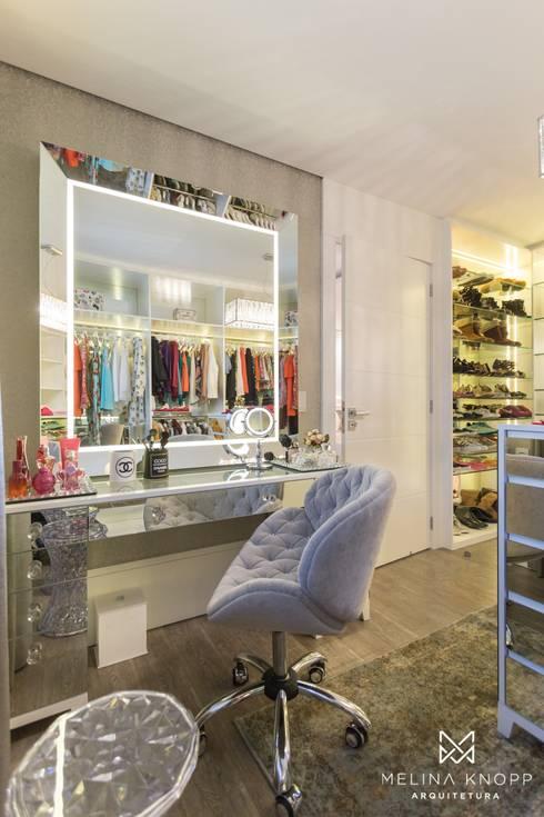 Closets de estilo  por Melina Knopp Arquitetura