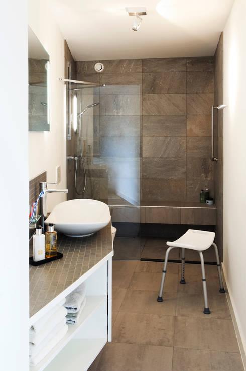 Home Extension Westervoort:  Badkamer door Kevin Veenhuizen Architects
