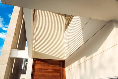 SICOMOROS UNO CERO SIETE: Casas de estilo moderno por GENETICA ARQ STUDIO