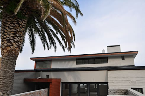 HOLIDAY HOME CONVERSION: modern Houses by Gallagher Lourens Architects