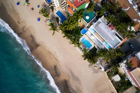 Vista aérea con drone de la villa: Casas de estilo moderno por Arcencielstudio