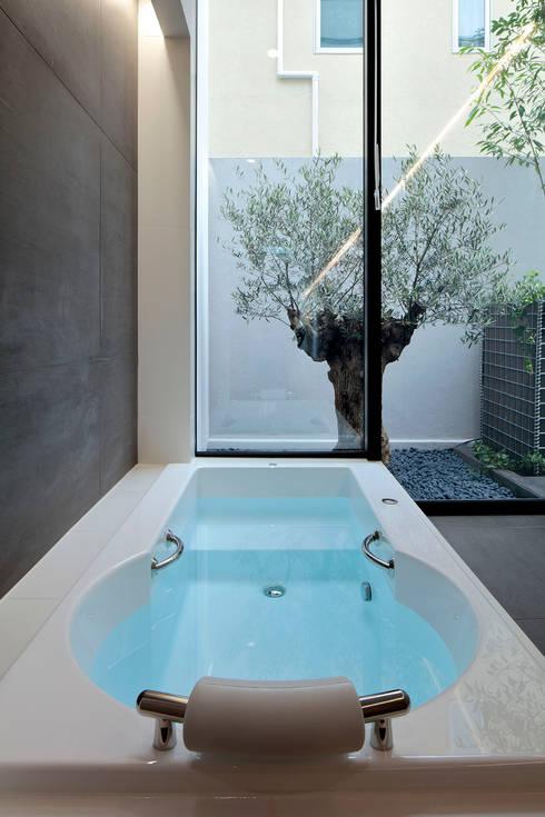 浜田山の家: 遠藤誠建築設計事務所(MAKOTO ENDO ARCHITECTS)が手掛けた浴室です。