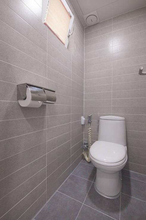 modern Bathroom by (주)그린홈예진