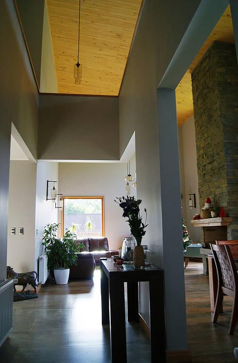 Hall acceso : Pasillos y hall de entrada de estilo  por Smartlive Studio