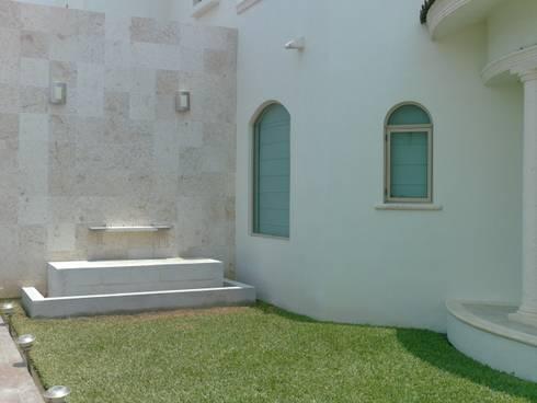 Casa Beige : Casas de estilo clásico por SG Huerta Arquitecto Cancun