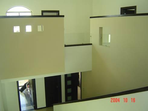 Casa Beige : Recámaras de estilo moderno por SG Huerta Arquitecto Cancun