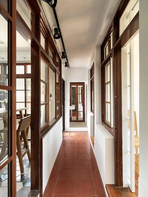 Corridor & hallway by 築築空間