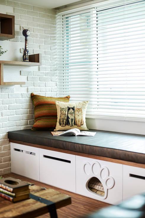 是主人的發呆亭,也是可愛貓屋 :  客廳 by 青瓷設計工程有限公司