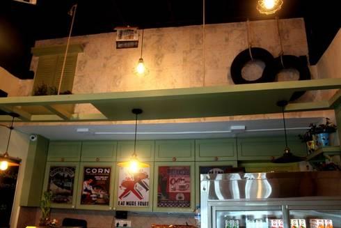 Just Bingg'e : eclectic Dining room by Shweta Deshmukh & Associates