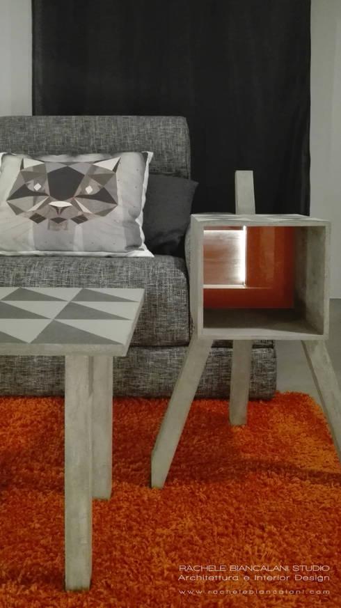 dettaglio del tavolinetto matera con schienale in vetro retroverniciato arancio: Soggiorno in stile  di Rachele Biancalani Studio