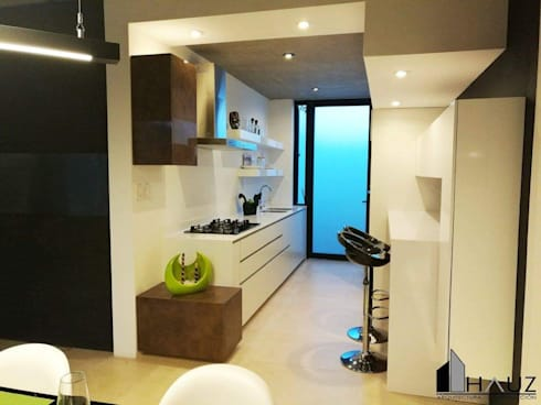 CASA LF: Cocinas de estilo moderno por HAUZ-ARQ