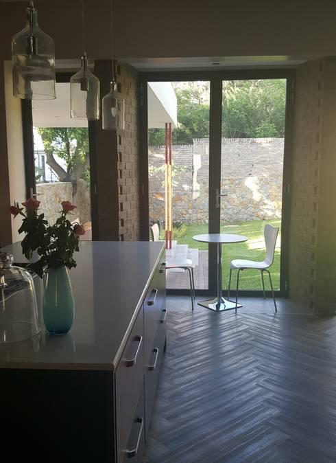 cafe-style breakfast nook: modern Kitchen by Human Voice Architects