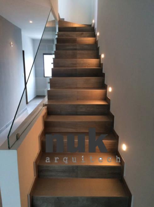 Casa Arrecife 85: Pasillos y recibidores de estilo  por nuk arquitech