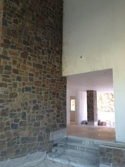 Casa Sierra Alta I:  de estilo  por nuk arquitech