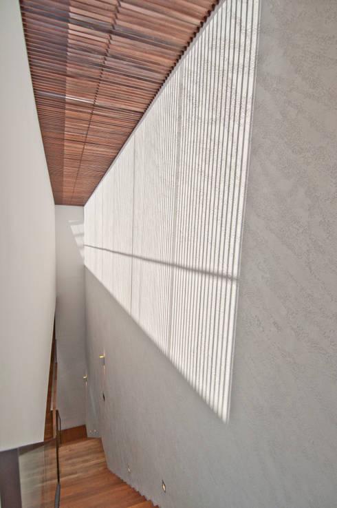 Moonbeam House:  Corridor, hallway by ming architects
