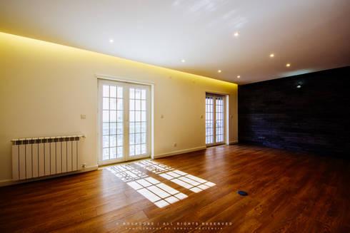 Remodelação de Apartamento em Samora Correia: Salas de estar modernas por NOVACOBE - Construção e Reabilitação, Lda.