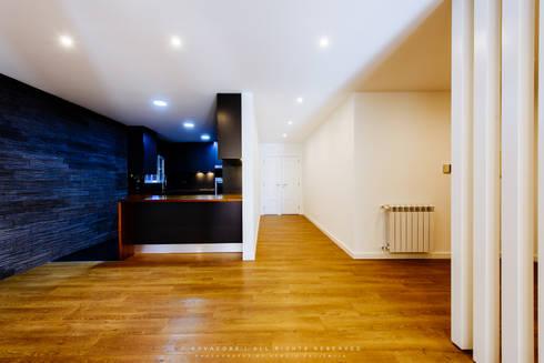 Remodelação de Apartamento em Samora Correia: Corredores e halls de entrada  por NOVACOBE - Construção e Reabilitação, Lda.