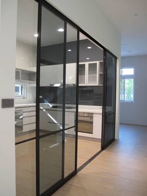台南(陳公館)新建住宅:  廚房 by 三月室內裝修設計有限公司