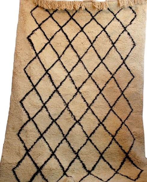 ANTIQUE TRIBAL BENI OURAIN RUG: mediterranean Living room by Africancreates